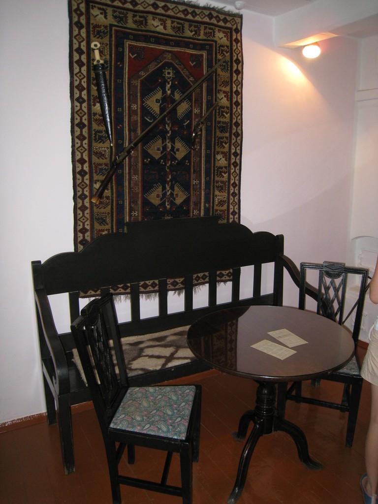 Круглый столик, за которым работал поэт