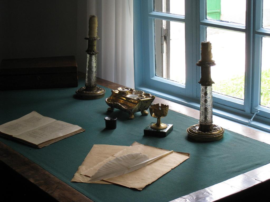 Письменный стол поэта, привезенный из Петербурга